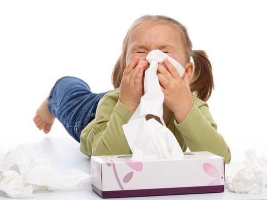 Лечение насморка у детей в домашних условиях: как лечить ринит каплями, народными и другими средствами