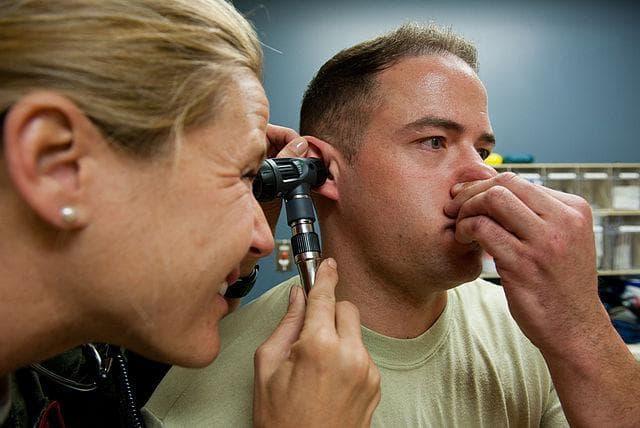 Как снять заложенность уха в домашних условиях